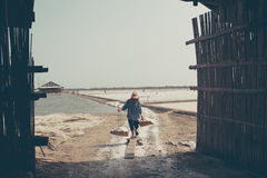 PHETCHABURI, ΤΑΪΛΑΝΔΗ - 13 ΦΕΒΡΟΥΑΡΊΟΥ: Ταϊλανδικοί εργαζόμενοι που φέρνουν το άλας από το άλας που καλλιεργεί στις 13 Φεβρουαρίο Στοκ εικόνες με δικαίωμα ελεύθερης χρήσης
