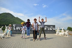 PHETCHABURI, TAJLANDIA: Styczeń 03, 2017: Azjatycka Rodzinna podróż przy Zdjęcia Stock