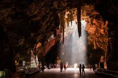 Phetchaburi, Thailand - 18. August 2015: Beleuchten Sie in die Höhle Höhle Khao Luang ist eine Touristenattraktion PH Lizenzfreie Stockbilder