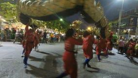 Phetchaburi Thailand, circa marschen 2019 - lokaler som firar phetchaburifestival stock video