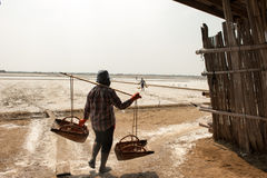 PHETCHABURI, THAILAND - 13 FEBRUARI: Thaise arbeiders die zout van Zout dragen die op 13 Februari, 2015 in Phetchaburi, Thailand  Stock Fotografie