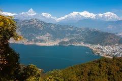Phewa湖和安纳布尔纳峰山脉看法  库存图片