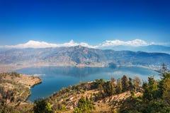 Phewa sjö och Annapurna Arkivfoton