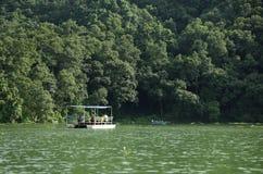 Phewa sjön är den andra - största sjön i Nepal Royaltyfri Bild