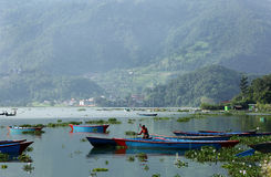 Phewa sjön är den andra - största sjön i Nepal Arkivfoto