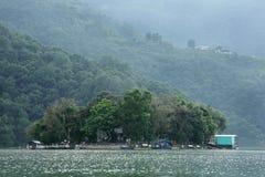 Phewa sjön är den andra - största sjön i Nepal Royaltyfri Fotografi