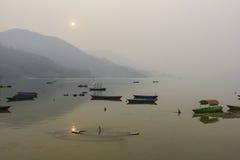 Phewa sjö i Pokhara, Nepal Arkivfoto