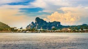 Phi phi νησί και ωκεανός στην Ταϊλάνδη Στοκ Φωτογραφία