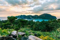 Phi Дон Phi Koh залива точки зрения на заходе солнца в море andaman, Phi Phi стоковое фото rf