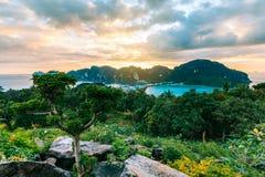 Phi Дон Phi Koh залива точки зрения на заходе солнца в море andaman, Phi Phi Стоковая Фотография RF