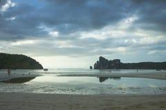 Phi-Phi Eiland thailand Tropisch eiland in de oceaan Eb, open zandige bodem royalty-vrije stock afbeelding