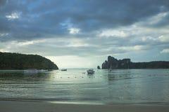 Phi-Phi Eiland thailand Tropisch eiland in de oceaan Eb, open zandige bodem stock fotografie