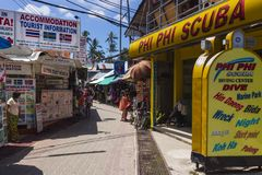 Phi Phi Island, centre de ville, la Thaïlande, mars 2013 le centre de scaphandre et le syndicat d'initiative photos stock