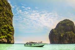 Phi Phi Island Thailand - 2009: En snabb motorbåt med turisten på den Phi Phi ön arkivbild