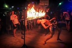 Phi Phi Island, Thailand, 13 November, 2017: Voorgeborchte der hel van de de vrolijke jeugdmensen onder een bar van brand Menigte Royalty-vrije Stock Afbeeldingen