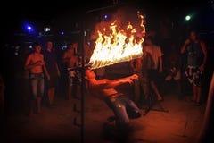 Phi Phi Island, Thailand, 13 November, 2017: Voorgeborchte der hel van de de vrolijke jeugdmensen onder een bar van brand Menigte Royalty-vrije Stock Foto's