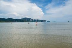 Phi Phi Islands, Krabi é ficado situado 40 quilômetros do trilho como parte de Praia-MOO Koh Phi P de Thara do noppharat de Phi P foto de stock royalty free