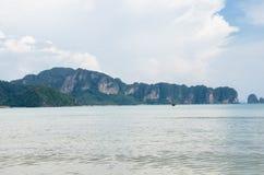 Phi Phi Islands, Krabi está situado 40 kilómetros del carril como parte de Playa-MOO Koh Phi P de Thara del noppharat de Phi Phi  Fotografía de archivo