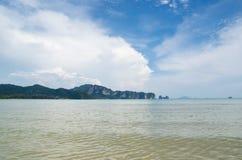 Phi Phi Islands, Krabi está situado 40 kilómetros del carril como parte de Playa-MOO Koh Phi P de Thara del noppharat de Phi Phi  Foto de archivo libre de regalías