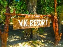Phi Islands, Tailandia - 4 de febrero de 2010: La entrada principal en Viking Resort Imagen de archivo