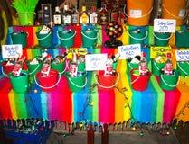 Phi Islands, Tailandia - 5 de febrero de 2010: Los cócteles tailandeses en bucketsre en la tienda Imagen de archivo libre de regalías