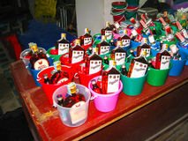 Phi Islands, Tailandia - 5 de febrero de 2010: Los cócteles tailandeses en bucketsre en la tienda Foto de archivo