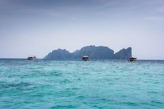 Phi Leh Phi, увиденное от залива Tonsai, в острове Phi Phi Koh, Таиланд Голубые морская вода и шлюпки стоковые изображения rf
