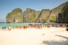 PHI PHI Ö, THAILAND - DEC 13: Turister tycker om den underbara stranden, December 13, 2014 i Phi Phi Island, Thailand Det var pop Royaltyfri Bild