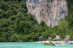 Phi Phi Don es el más grande de Phi Phi Islands en Tailandia fotografía de archivo libre de regalías