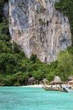 Phi Phi Don es el más grande de Phi Phi Islands en Tailandia imagenes de archivo