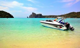 Phi-Phi-Insel durch Speedboat lizenzfreie stockfotos