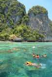 Οι τουρίστες απολαμβάνουν με την κολύμβηση με αναπνευστήρα σε μια τροπική θάλασσα Phi Phi στο isla Στοκ φωτογραφία με δικαίωμα ελεύθερης χρήσης