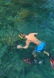 Ο τουρίστας απολαμβάνει με την κολύμβηση με αναπνευστήρα σε μια τροπική θάλασσα Phi Phi islan Στοκ Φωτογραφία