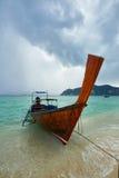 Phi Phi Koh, Таиланд - 10-ое ноября: шлюпка длинного хвоста на Phi Phi Koh дальше Стоковое Фото