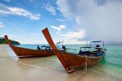 Phi Phi Koh, Таиланд - 10-ое ноября: шлюпка длинного хвоста на Phi Phi Koh дальше Стоковые Фото