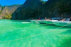 Phi Phi Leh, Thaïlande - 2 février 2014 : Amarrage de hors-bord à Photo stock