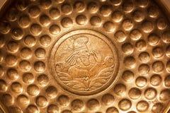 Phiale med ståenden av den persiska adelsmannen grundar i jordfästningen, Sasanian väldekonst Sparat av det georgiska nationella  Arkivbilder