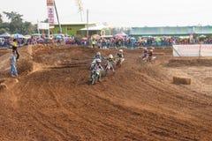 Phichit,泰国, 12月27,2015 :极端体育摩托车、摩托车越野赛竞争、摩托车越野赛车手和孩子司机 库存图片