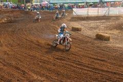 Phichit,泰国, 12月27,2015 :极端体育摩托车、摩托车越野赛竞争、摩托车越野赛车手和孩子司机 免版税库存照片