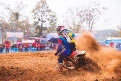 Phichit, Ταϊλάνδη, 27.2015 Δεκεμβρίου: Ακραία αθλητική μοτοσικλέτα, ο ανταγωνισμός μοτοκρός, το στρίμωγμα αναβατών μοτοκρός και η στοκ εικόνες