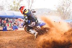 Phichit, Ταϊλάνδη, 27.2015 Δεκεμβρίου: Ακραία αθλητική μοτοσικλέτα, ο ανταγωνισμός μοτοκρός, το στρίμωγμα αναβατών μοτοκρός και η στοκ εικόνα με δικαίωμα ελεύθερης χρήσης