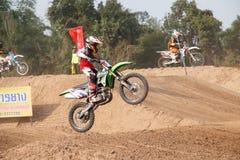 Phichit, Ταϊλάνδη, 27.2015 Δεκεμβρίου: Ακραία αθλητική μοτοσικλέτα, ο ανταγωνισμός μοτοκρός, άλμα αναβατών μοτοκρός Στοκ εικόνα με δικαίωμα ελεύθερης χρήσης