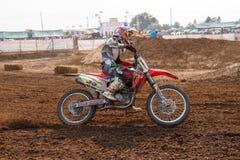 Phichit, Ταϊλάνδη, 27.2015 Δεκεμβρίου: Ακραία αθλητική μοτοσικλέτα, ο ανταγωνισμός μοτοκρός, ο αναβάτης μοτοκρός και ο καλός οδηγ Στοκ Φωτογραφίες