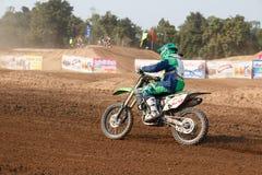 Phichit, Ταϊλάνδη, 27.2015 Δεκεμβρίου: Ακραία αθλητική μοτοσικλέτα, ο ανταγωνισμός μοτοκρός, ο αναβάτης μοτοκρός και ο καλός οδηγ Στοκ Εικόνες