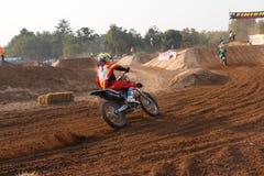 Phichit, Таиланд, 27,2015 -го декабрь: Весьма мотоцикл спорта, конкуренция motocross, всадник motocross загоняя в угол и освобожд Стоковая Фотография RF