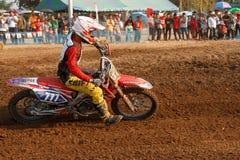 Phichit, Таиланд, 27,2015 -го декабрь: Весьма мотоцикл спорта, конкуренция motocross, всадник motocross загоняя в угол и освобожд Стоковые Изображения