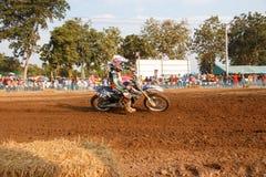 Phichit, Таиланд, 27,2015 -го декабрь: Весьма мотоцикл спорта, конкуренция motocross, всадник motocross загоняя в угол и освобожд Стоковое фото RF