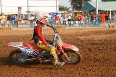 Phichit, Таиланд, 27,2015 -го декабрь: Весьма мотоцикл спорта, конкуренция motocross, всадник motocross загоняя в угол и освобожд Стоковые Фотографии RF
