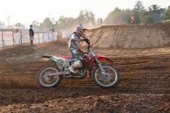 Phichit, Таиланд, 27,2015 -го декабрь: Весьма мотоцикл спорта, конкуренция motocross, всадник motocross загоняя в угол и освобожд Стоковое Изображение