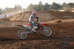 Phichit, Таиланд, 27,2015 -го декабрь: Весьма мотоцикл спорта, конкуренция motocross, всадник motocross загоняя в угол и освобожд Стоковые Изображения RF